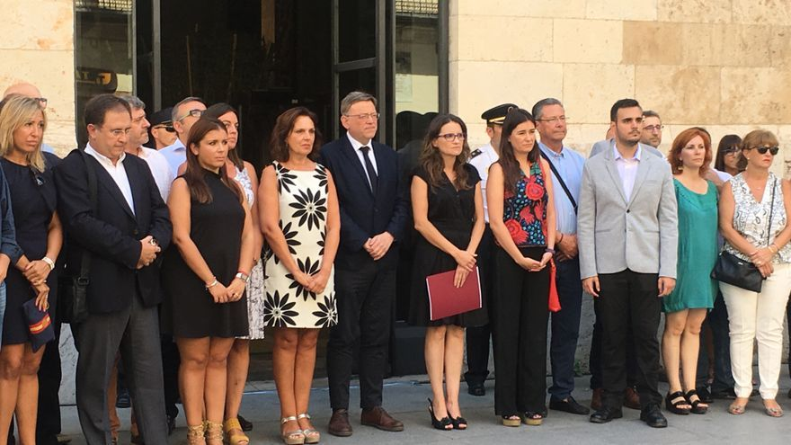 Ximo Puig y Mónica Oltra con representantes de las Corts Valencianes y otras instituciones en la concentración por el atentado de Barcelona.