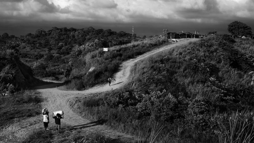 Vista general del refugio de Alto de Portete en la región de Muisne, provincia de Esmeraldas, Ecuador. Alrededor de 52 familias que vivían en la cercana isla de Portete subieron a las dos lomas justo después del terremoto del 16 de abril buscando refugio lejos del mar ante el temor de un posible tsunami. Fotografía: Albert Masias/MSF