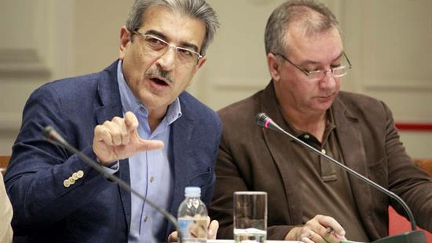 El diputado de Nueva Canarias, Román Rodríguez (i), durante una de sus intervenciones en la comisión de Presupuestos del Parlamento de Canarias.