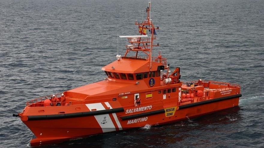 Rescatan cinco cadáveres y otras 53 personas con vida de una patera semihundida en el mar de Alborán
