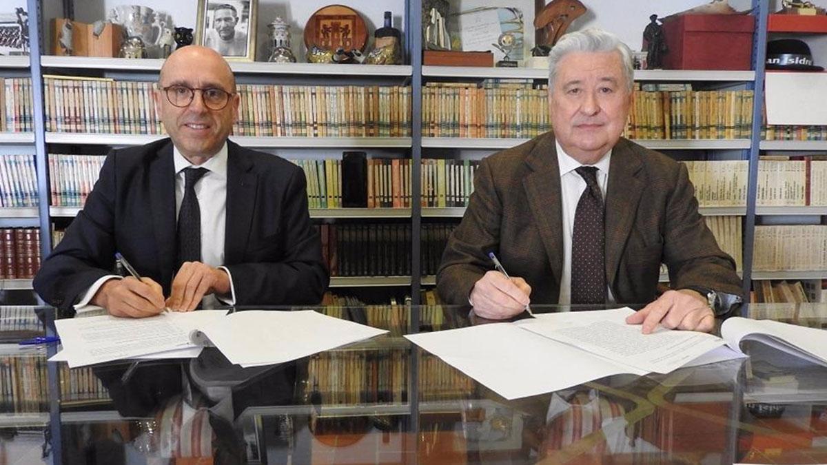 Joseba Barrena y Francisco Moreno, durante la firma.