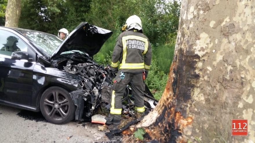 Muere un hombre de 56 años en un accidente de tráfico en Escalante tras chocar con un árbol