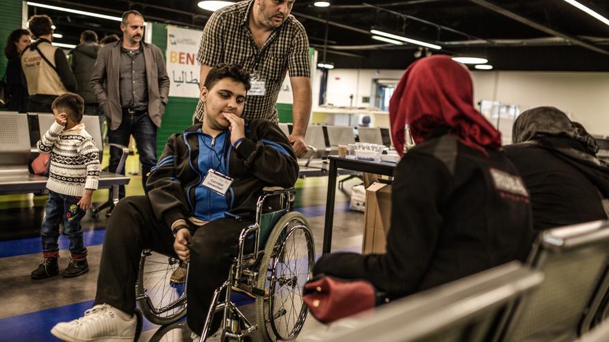 Foto: Ayman y su hijo Ahmad a la llegada al aeropuerto de Roma. La condición de Ahmad hizo que la opción de permanecer en un país desgarrado por la guerra fuera imposible para la familia y la vida en Líbano tampoco fue fácil. Autor: Pablo Tosco / Oxfam Intermón