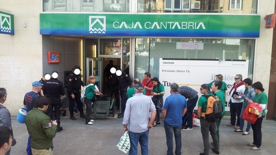 La Policía desaloja a la PAH de dos oficinas de Liberbank en Santander
