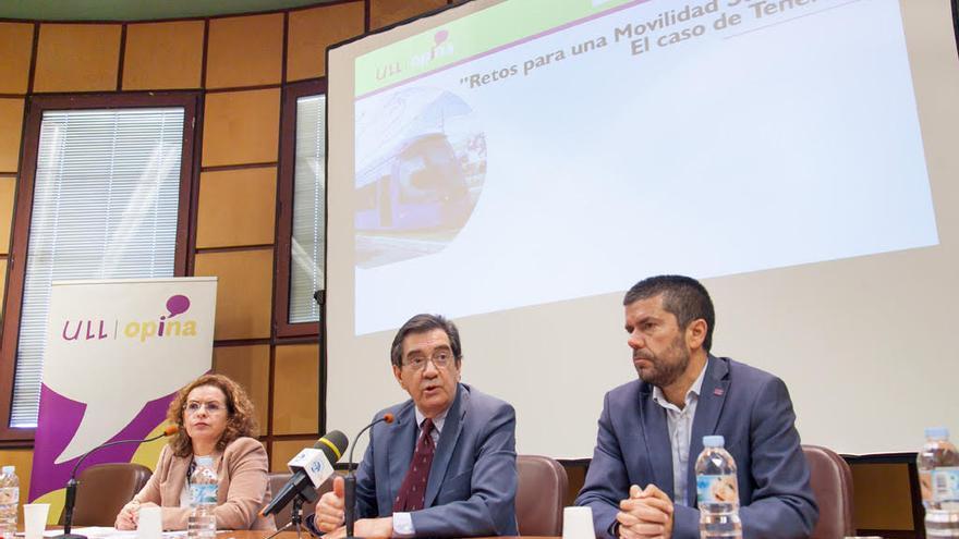 Antonio Martinón, rector de la ULL (centro), con la directora de la Cátedra de Economía y Movilidad, Rosa Marina González, a su derecha