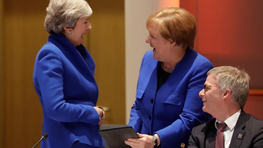"""BRUSELAS (BÉLGICA), 10/04/2019.- La canciller alemana, Angela Merkel (d), y la primera ministra británica, Theresa May (i), participan en una reunión sobre el """"brexit"""" con líderes europeos celebrada en el Consejo Europeo de Bruselas (Bélgica), este miércoles. La primera ministra británica, Theresa May, se mostró este miércoles abierta a una prórroga del """"brexit"""" que permita al Reino Unido salir de la Unión Europea tan pronto como el Parlamento británico haya aprobado un acuerdo de retirada."""