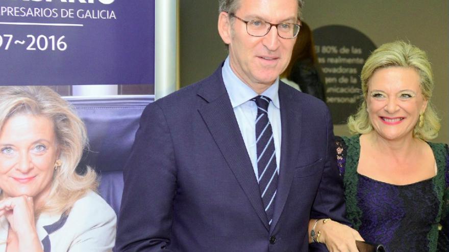 Josefina Fernández, consejera delegada de DomusVi españa, junto a Feijóo en 2016 tras recibir la medalla de oro del círculo de empresarios