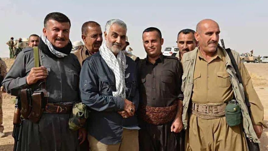 Qasem Suleimani saluda a milicianos kurdos en el norte de Irán en una imagen distribuida por el Gobierno iraní.