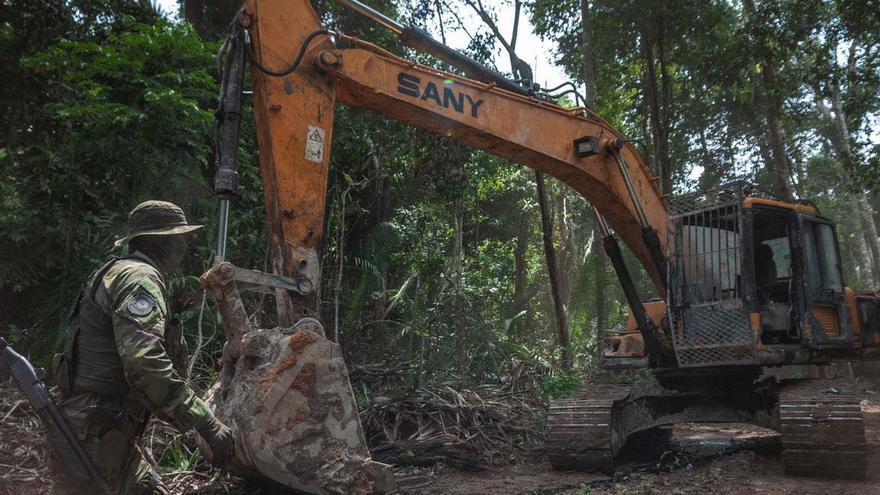 Máquina excavadora en una mina ilegal de oro y casiterita en un parque nacional del estado de Pará (región norte de Brasil).