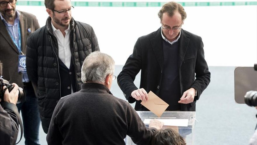 Javier Maroto y Alfonso Alonso en una votación.