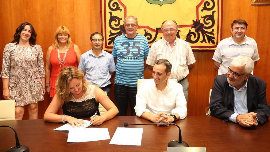César Sánchez, en el centro, durante la firma del convenio.