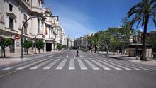 Vista de la plaça de l'Ajuntament, deserta durant el confinament per l'estat d'alarma.