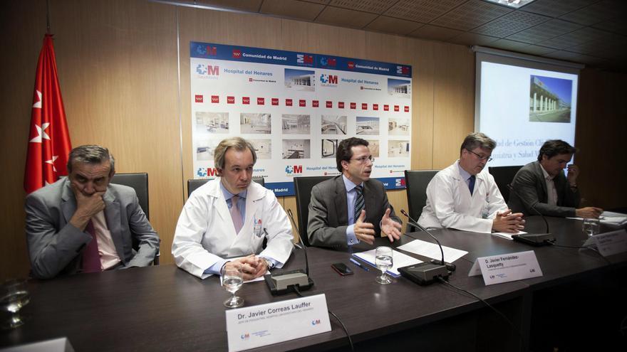 El director de Hospitales de Madrid, Antonio Burgueño (izda.) acompaña al consejero de Sanidad, Fernández Lasquetty.