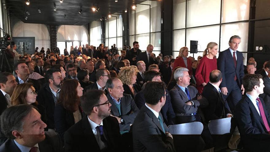 Iñigo de la Serna junto a Cristina Cifuentes, ayer, ante la expectante mirada de alcaldes y concejales, entre otros