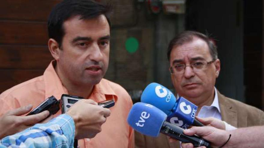 Luis Domínguez, portavoz del PSOE de Seseña (Toledo), junto a Fernando Mora / Foto: PSOE Castilla-La Mancha