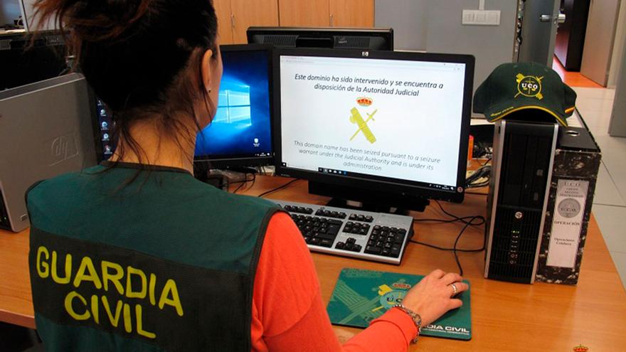 Una agente de la Guardia Civil trabaja sobre delitos telemáticos.