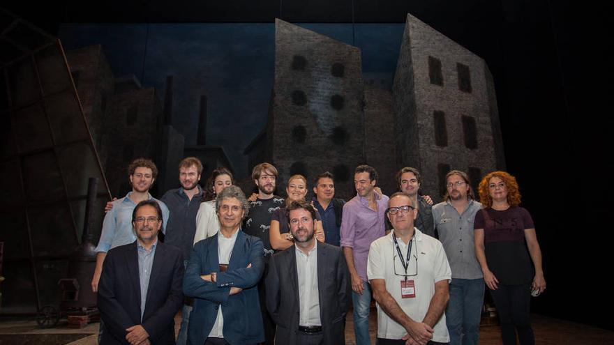 Foto de familia del elenco con los responsables políticos.