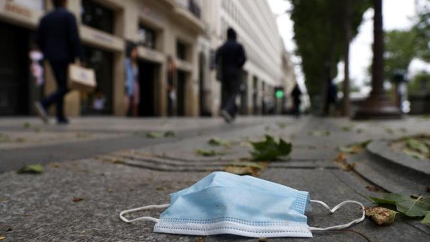 Una mascarilla tirada en la calle