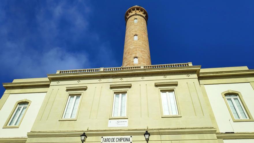 El faro de Chipiona, desde su fachada de entrada.