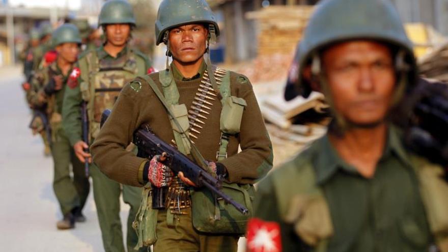 Militares birmanos armados caminan por una calle desierta en la localidad de Chin Shwe Haw, en el norte del estado de Shan en Birmania, cerca de la frontera china.