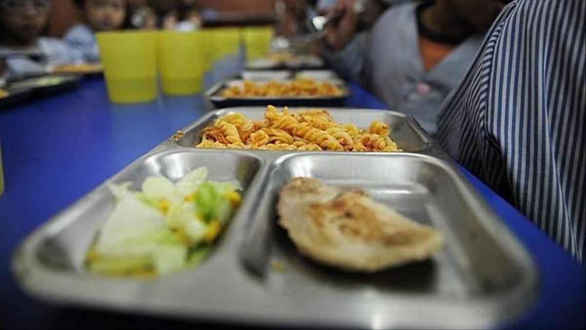 Bandeja de comida en un comedor escolar
