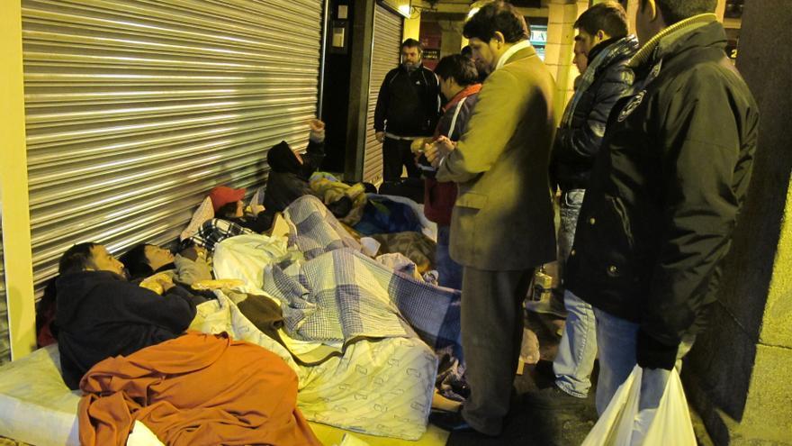 El frío hace que las personas sin hogar busquen cobijo entre colchones y cartones. Foto: Susana Hidalgo