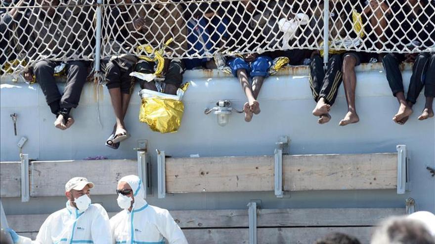 Varias personas rescatadas por los servicios de salvamento italianos llegan este miércoles a Salermo (Italia). / Efe.