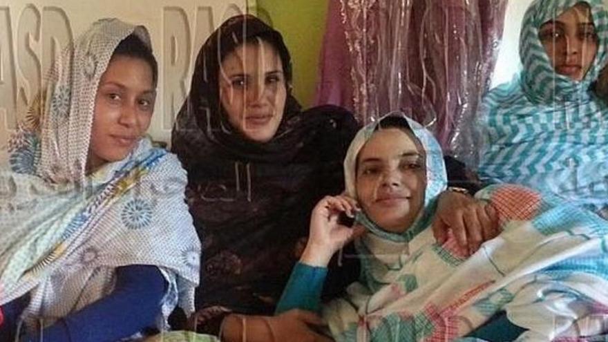 Maloma Morales (a la izquierda), en una imagen difundida desde el Sahara.