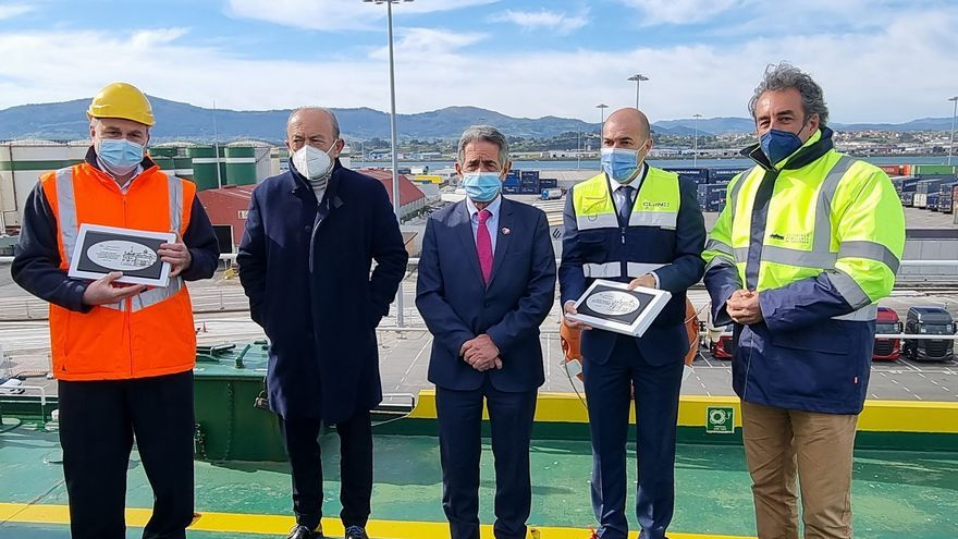 El presidente de Cantabria, Miguel Ángel Revilla (centro), y el presidente y vicepresidente del Puerto de Santander, Francisco Martín y Javier López Marcano entregan una placa conmemorativa a CLdN