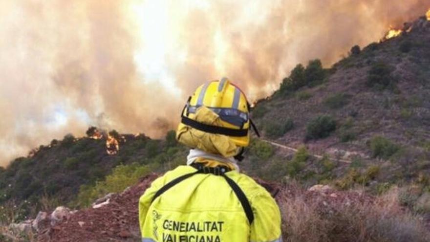 Los bomberos trabajan para sofocar el incendio
