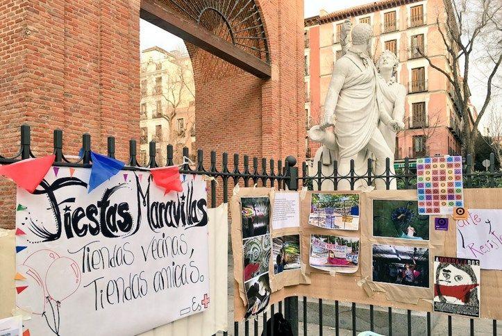 Cartel y puesto en la plaza del Dos de Mayo celebrando la Fiesta de las Maravillas