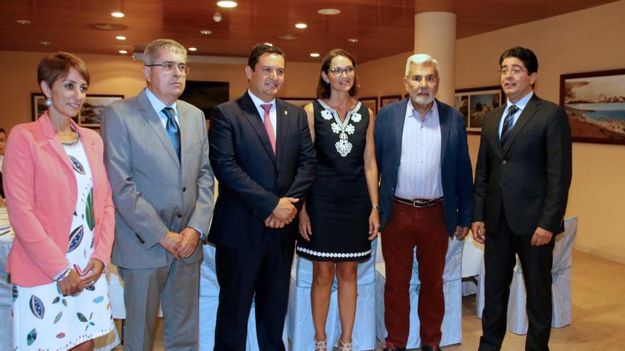 Foto de familia de los alcaldes de la AMTC y la ministra de Turismo, Reyes Maroto, este martes en Arona