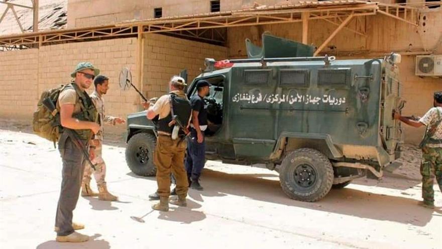 Varios supuestos mercenarios de nacionalidad rusa murieron en un presunto bombardeo de las milicias afines al gobierno sostenido por la ONU en Libia (GNA) sobre una posición del mariscal Jalifa Hafter (hombre fuerte de Libia), en la población de Ksar Ben Ghasir, a unos 20 kilómetros al sur de la capital.