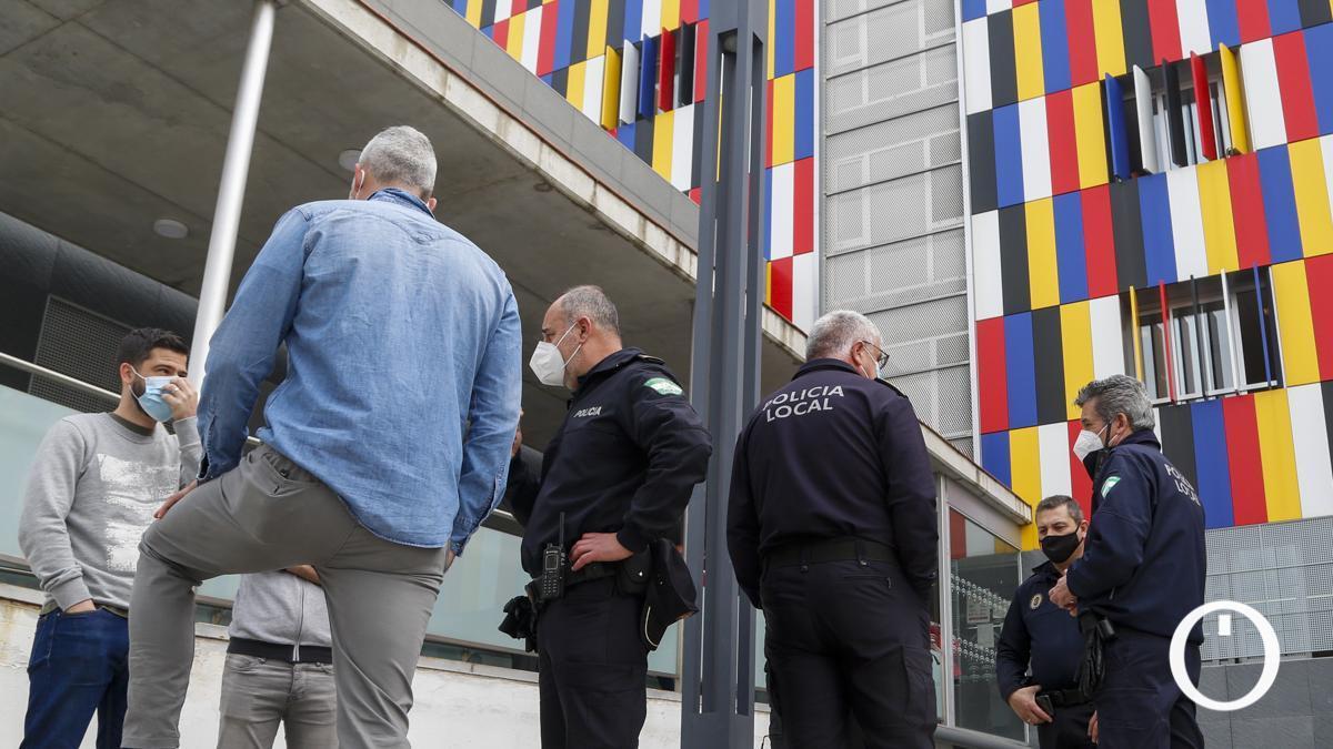 Policías locales tras ser vacunados en el Ambulatorio del Sector Sur