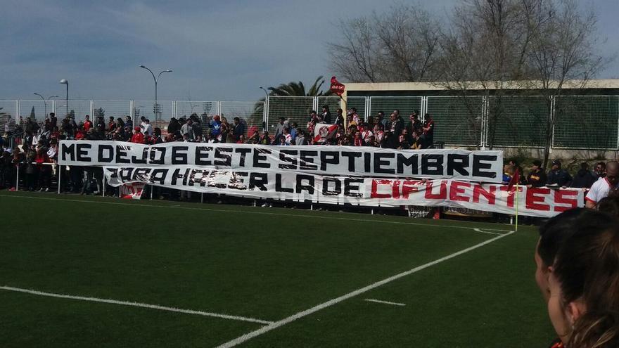Pancarta de este domingo en el campo del Rayo Vallecano. Imagen: @Rayo_Clash