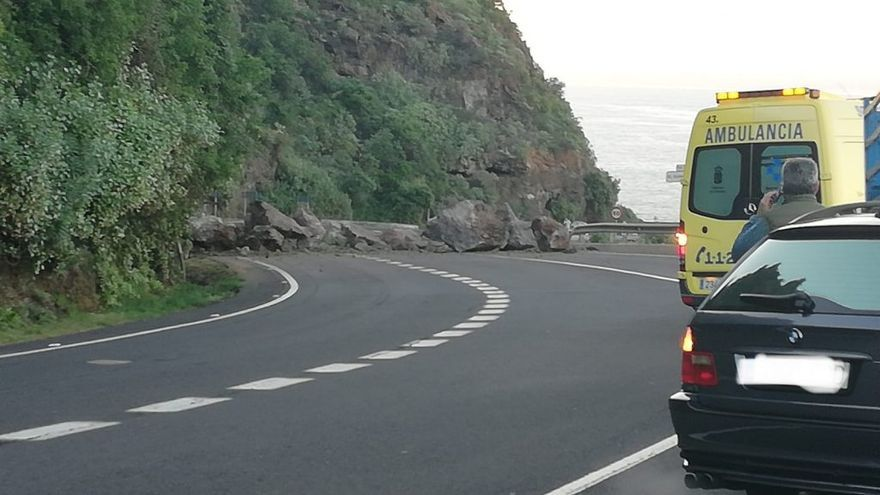 Estado en que quedó la vía principal de acceso a la Isla Baja tras los desprendimientos de rocas este lunes