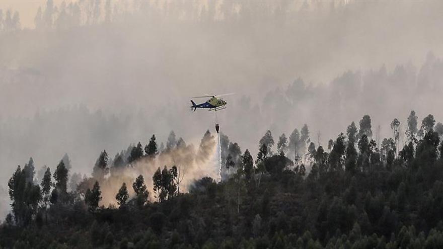 Medio centenar de bomberos trabajan para controlar el fuego de Santa Olalla