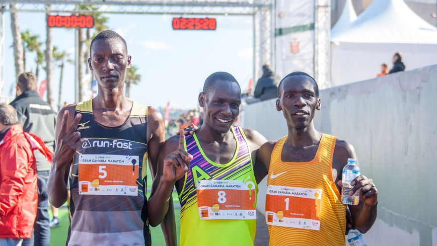 Mathew Kipsaat (c), Stanley Kiprotich (i) y Pharis Kimani (d) en la líne de meta de la Gran Canaria Maratón