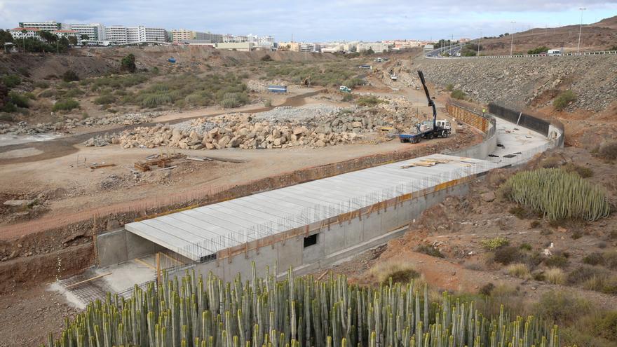 Obras de canalización en el barranco de El Veril para la construcción del Siam Park