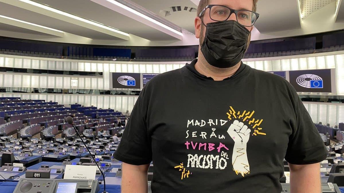 El eurodiputado de Anticapitalistas, Miguel Urbán, con la camiseta del sindicato de manteros de Madrid en el pleno de Estrasburgo.