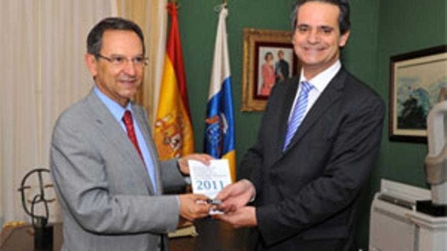 El presidente del Parlamento, Antonio Castro, se reunió con el consejero de Economía y Hacienda del Gobierno de Canarias, Jorge Rodríguez, quien le hizo entrega de los Presupuestos. (ACFI PRESS)
