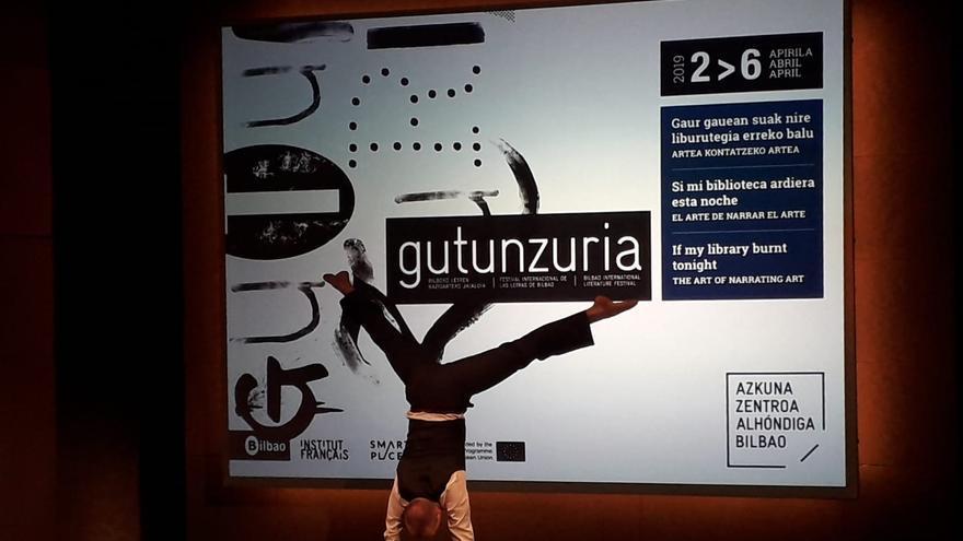 El artista Lars Gregersen durante su interpretación en la presentación de Gutun Zuria
