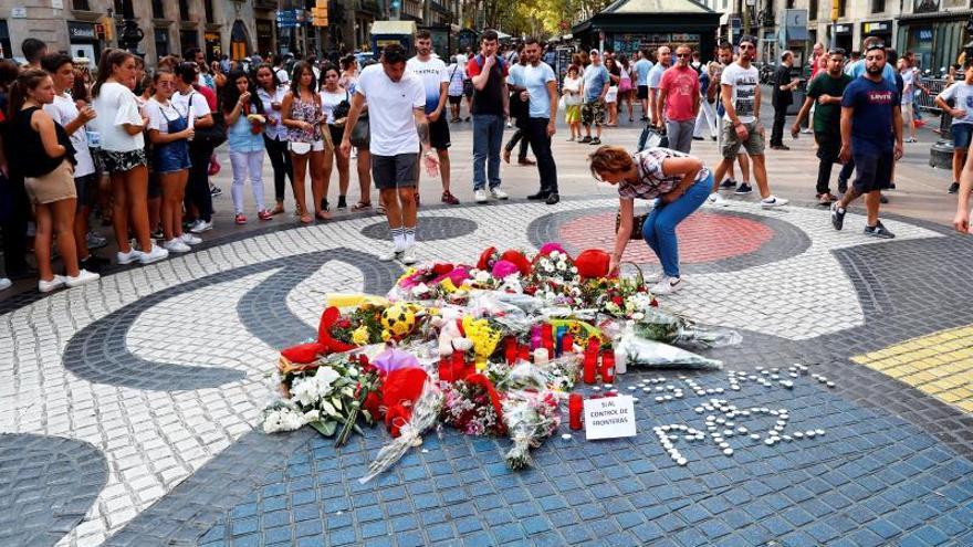 Ofrenda floral y minuto de silencio en memoria de las víctimas del 17A.