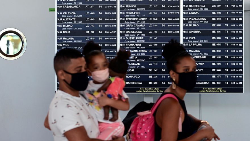 Una familia, a su llegada al Aeropuerto  de Barajas en Madrid. EFE/Victor Lerena/Archivo