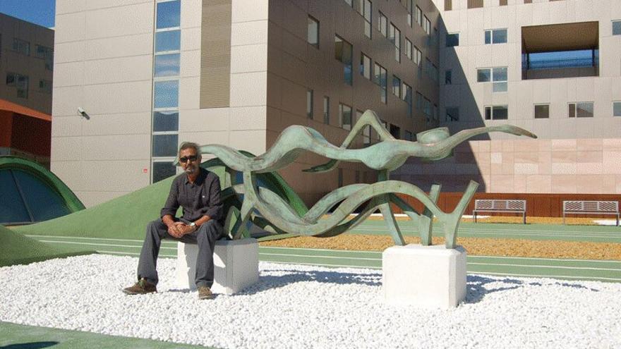 El pintor y escultor Ramón Garza junto a una de sus obras