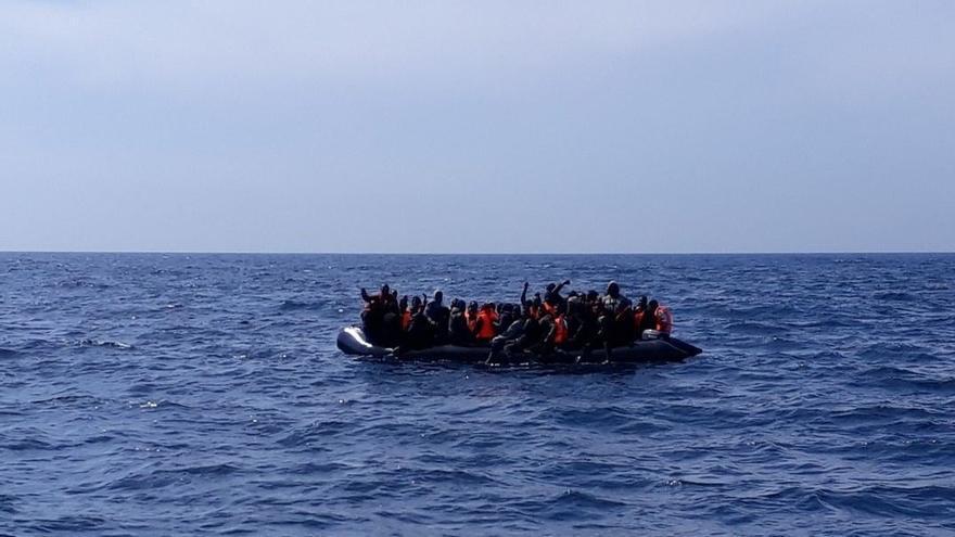 Trasladan a Tarifa a 16 varones tras rescatarlos de una patera en aguas del Estrecho de Gibraltar