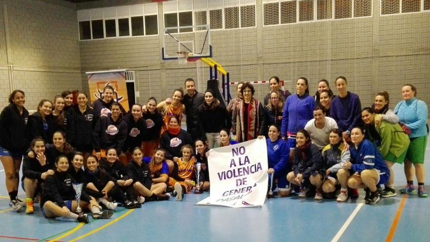 El mundo del baloncesto femenino muestra una pancarta de rechazo.