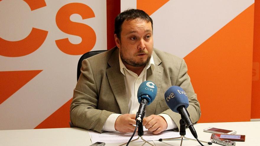 Rubén Gómez, portavoz parlamentario de Ciudadanos Cantabria en rueda de prensa.