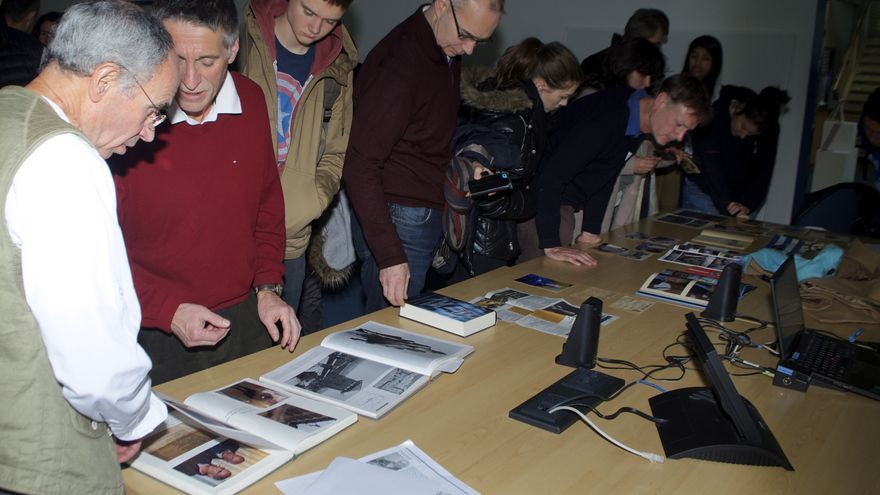 Profesores, padres y estudiantes observan los recuerdos de Cristóbal / Foto: Carlos Hernández