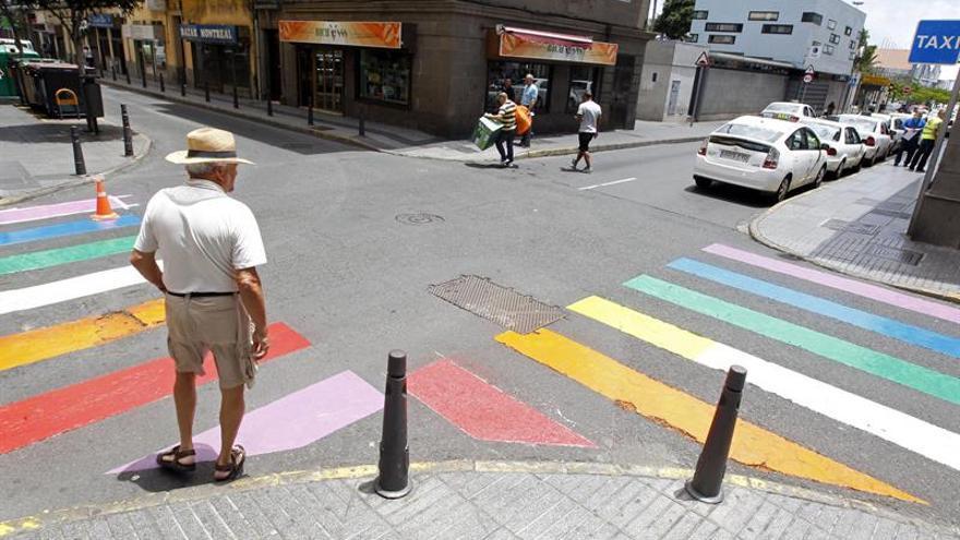 Paso de peatones con la bandera del orgullo gay en Las Palmas de Gran Canaria